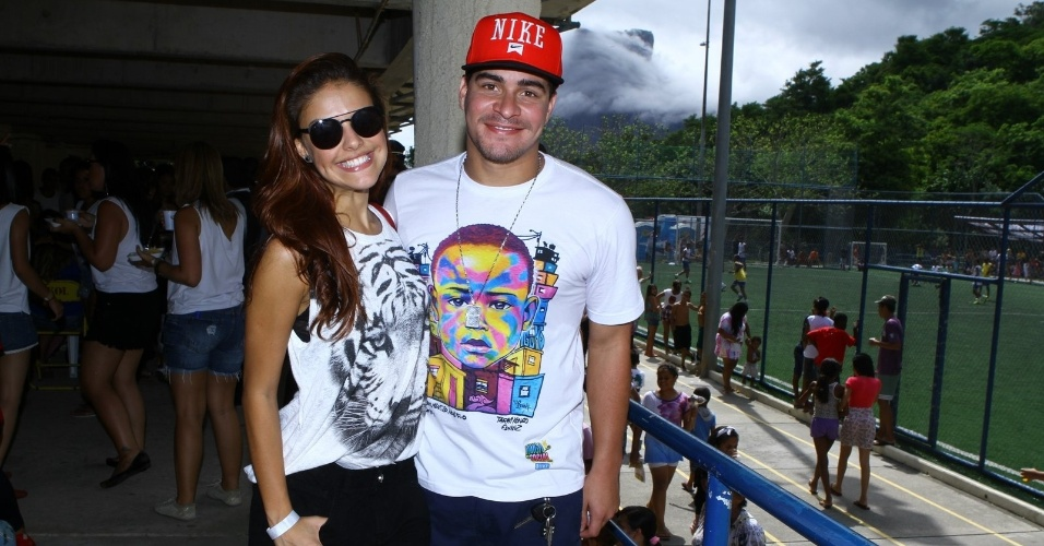 15.dez.2013 - Thiago Martins e Paloma Bernardi no projeto