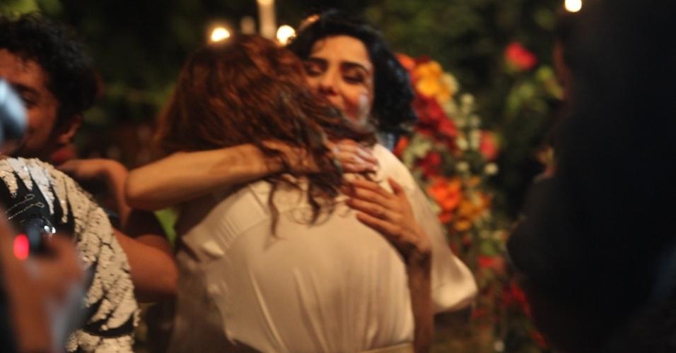 16.dez.2013 - A atriz Letícia Sabatella recebe o abraço de Camila Pitanga em seu casamento com Fernando Alves Pinto, em São Paulo