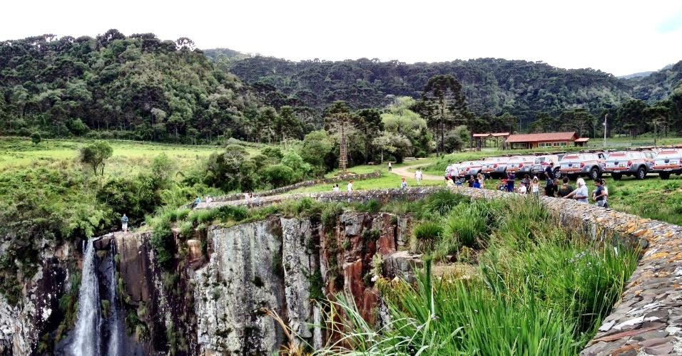 Turistas passeiam nos arredores da cachoeira do Avencal (SC), atração para quem viaja por terra entre Santa Catarina e o Rio Grande do Sul.