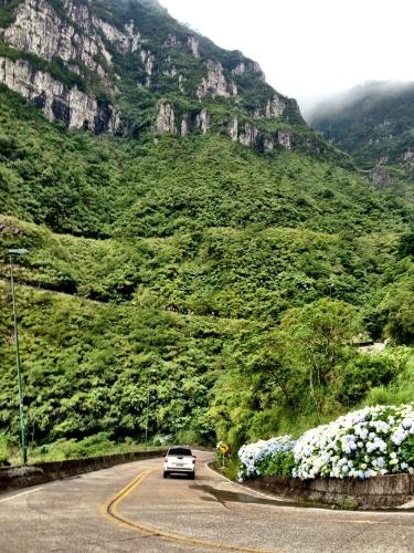 Veículo percorre a estrada sinuosa da Serra do Rio do Rastro, que oferece uma das mais belas viagens estradeiras do país