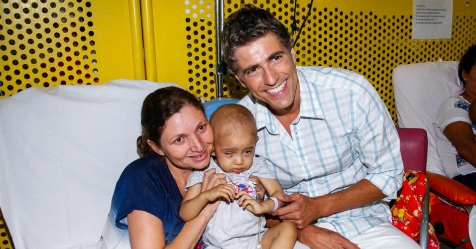 17.12.2013 - O ator Reynaldo Gianecchini leva presentes para os pacientes do GRAAC (Grupo de Apoio ao Adolescente e à Criança com Câncer). em entrevista ao UOL nesta segunda-feira (17), o ator contou que sonha em ter uma instituição própria