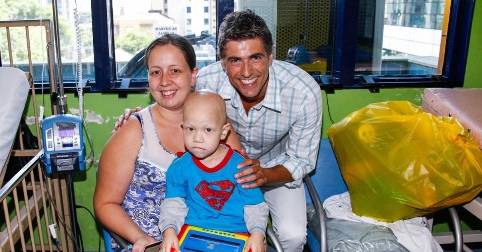 17.12.2013 - Reynaldo Gianecchini tira fotos com crianças e mães em sua visita no GRAAC