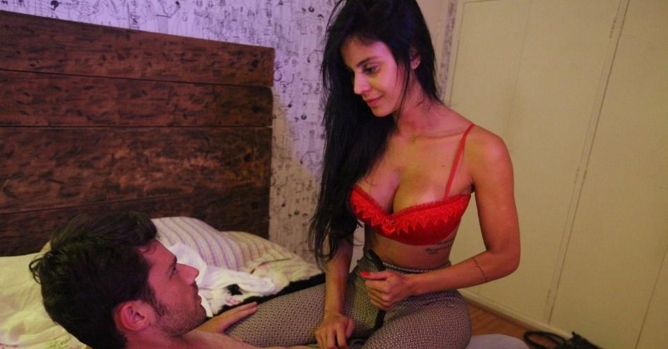 """17.dez.2013 - Lorena Bueri, assistente de palco do programa """"Teste de Fidelidade"""", grava cena de """"Vida Fácil"""" em São Paulo. A websérie, que estreia em 2014 na internet, aborda o mundo da prostituição masculina"""