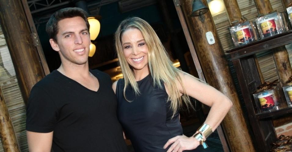 18.dez.2013 - Danielle Winits posa ao lado do namorado, Amaury Nunes, no aniversário do filho, Noah