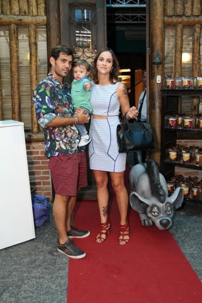18.dez.2013 - Juliano Cazarré vai com a família ao aniversário de Noah, filho de Danielle Winits e Cássio Reis