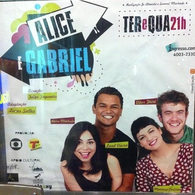 """Cartaz da peça """"Alice e Gabriel"""", em cartaz no Rio, com Mariana Cortes no elenco"""