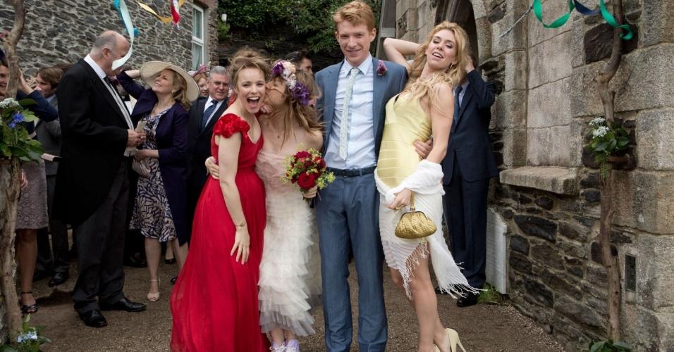 Rachel McAdams (à esq.) com vestido de noiva vermelho em cena do filme