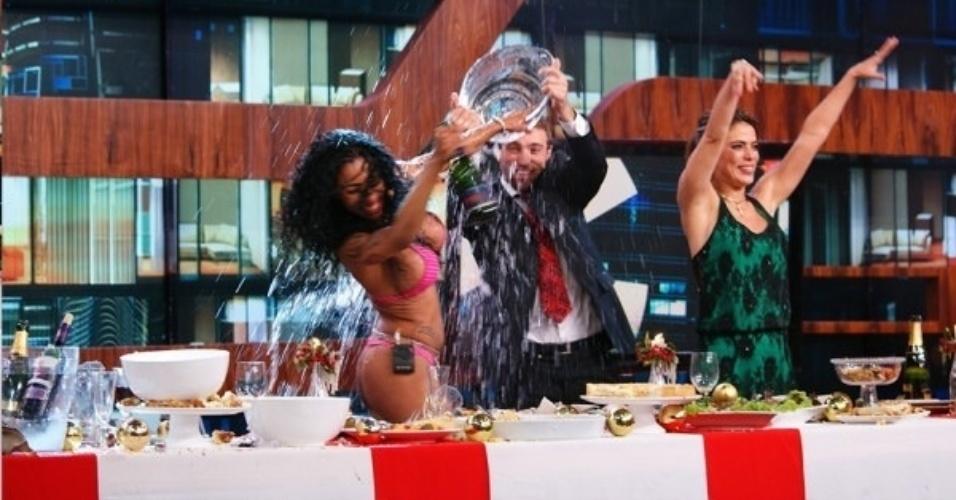 19.dez.2013 - Convidados fazem guerra de comida durante a