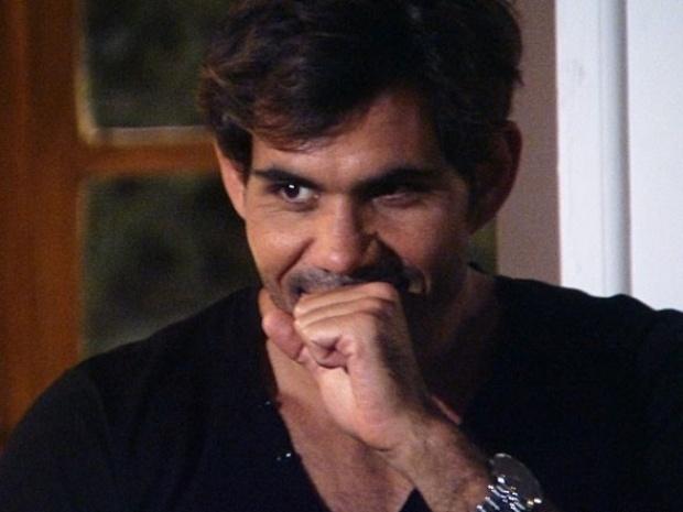 """Hoje Em """"Amor à Vida"""", César ouve risada de Ninho"""