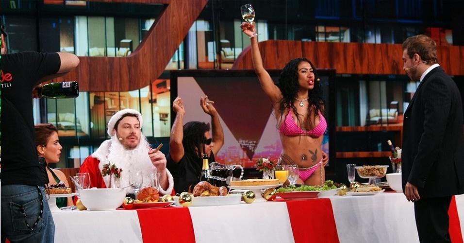 19.dez.2013 - Inês Brasil faz brinde durante a