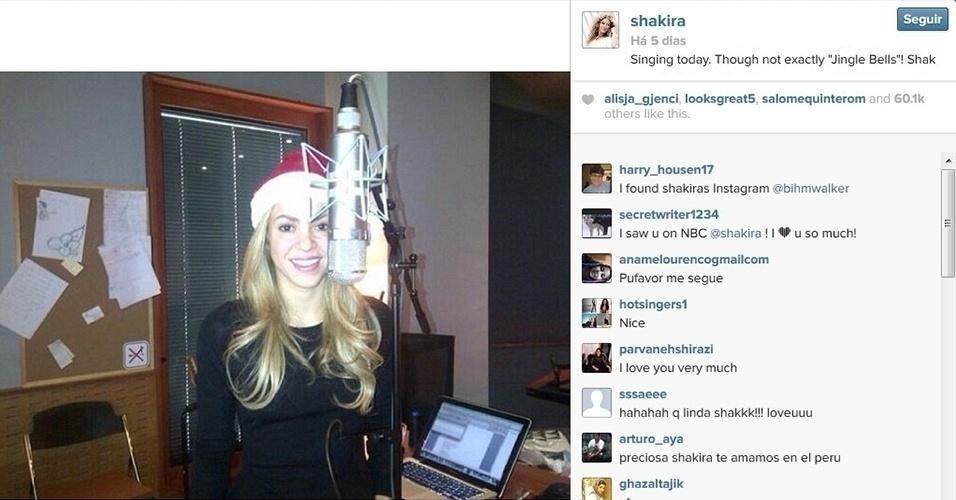 14.dez.2013 - Com gorro de Papai Noel, Shakira posta foto em estúdio e faz brincadeira com canção clássica de Natal.