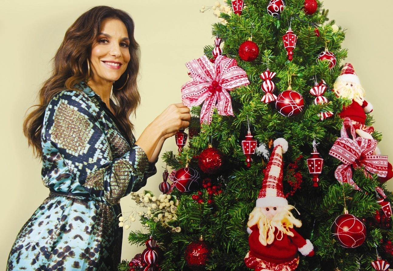 18.dez.2013 - Ivete Sangalo posa com árvore de Natal para a revista