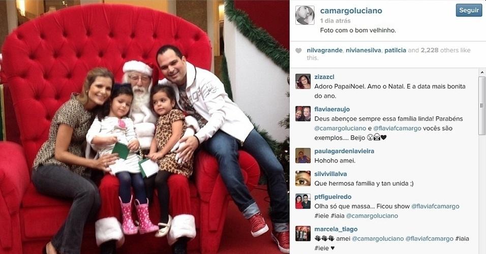 19.dez.2013 - Luciano Camargo e a mulher, Flávia, levam as filhas Helena e Isabella, de quatro anos, para ver o Papai Noel