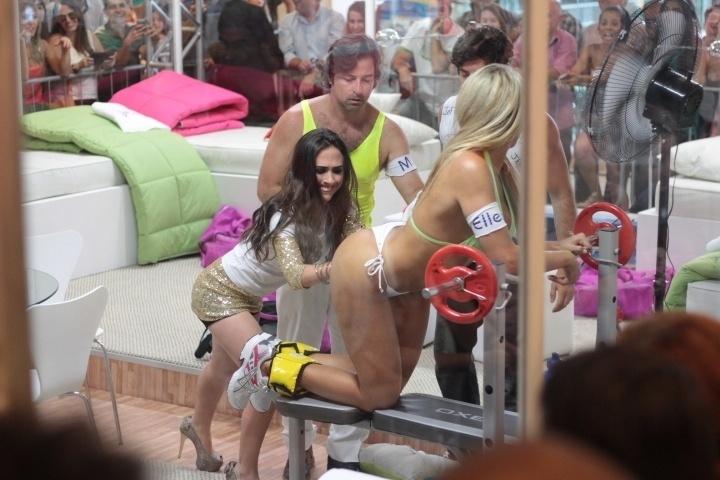 20.dez.2013- Dani Vieira fica só de biquíni durante gravação de cenas na Casa de Vidro do BBB para