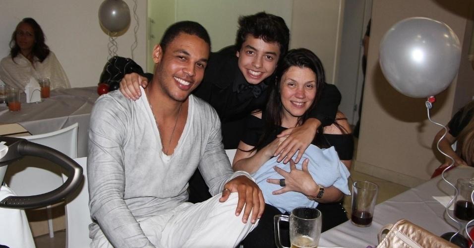 Simony com o marido, Patrick Silva Souza, e os filhos, Ryan, e Anthony (no colo)