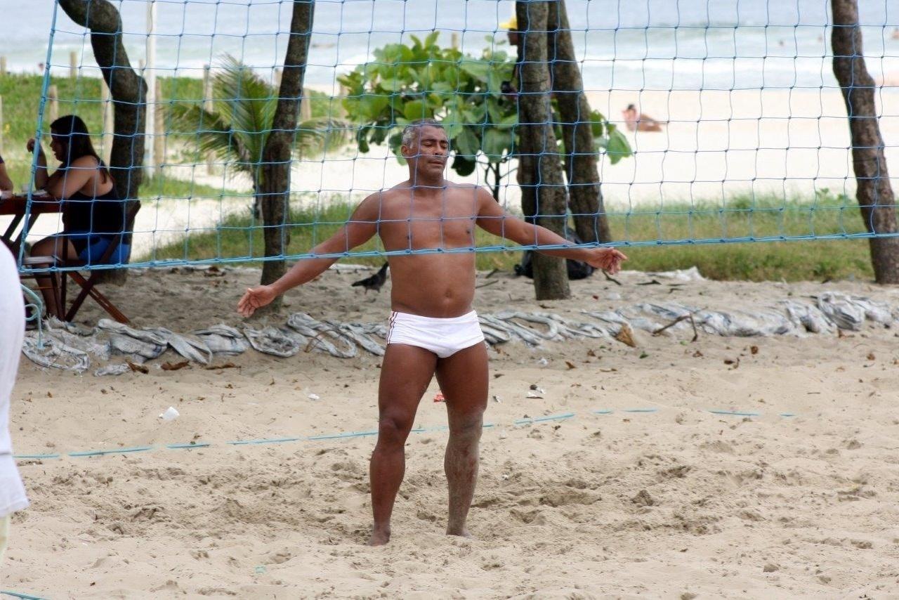 21.dez.2013 - Após boatos de que teria saído com transexual, Romário joga futevôlei no Rio. O ex-jogador foi clicado, ao lado do também ex-jogador Felipe, praticando o seu esporte favorito, desde que aposentou as chuteiras, na tarde deste sábado (21), na Praia da Barra da Tijuca, Zona Oeste carioca. Esta semana, Romário foi flagrado pelo Jornal Extra ao deixar uma casa noturna carioca de mãos dadas com a transexual Thalita Zampirolli. Ao jornal O Dia, o Baixinho negou que esteja saindo com o transex