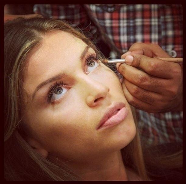 21.dez.2013 - Grazi Massafera publica foto sendo maquiada