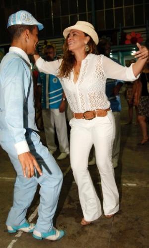 21.dez.2013 - Atriz Suzana Pires samba ao lado do passista da escola