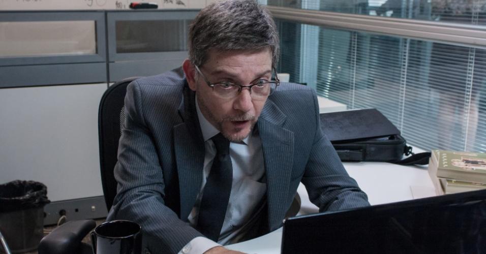Kiko Mascarenhas interpreta Amaury, o travado consultor financeiro