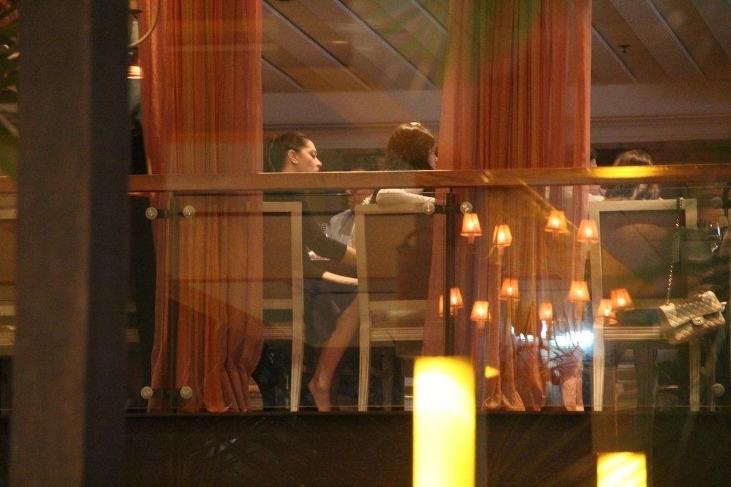 23.dez.2013 - Claudia Raia comemora seu aniversário de 47 anos ao lado de amigos e familiares, em restaurante na zona oeste do Rio