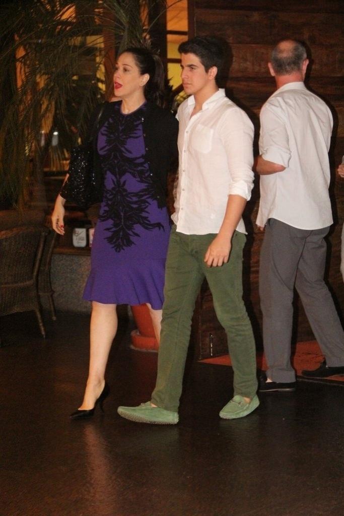 23.dez.2013 - Claudia Raia comemora seu aniversário de 47 anos ao lado do filho Enzo e de amigos, em restaurante na zona oeste do Rio