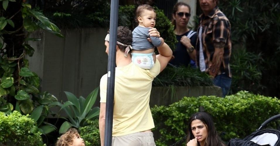 24.dez.2013 - Matthew McConaughey e Camila Alves passeiam com seus três filhos, Levi, Vida e Livingston, nas ruas de Belo Horizonte (MG)