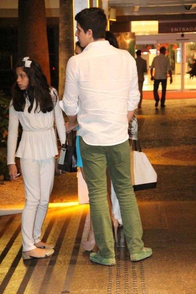 z.2013 - Sophia e Enzo vão ao aniversário de 47 anos da mãe, Claudia Raia, em restaurante na zona oeste do Rio
