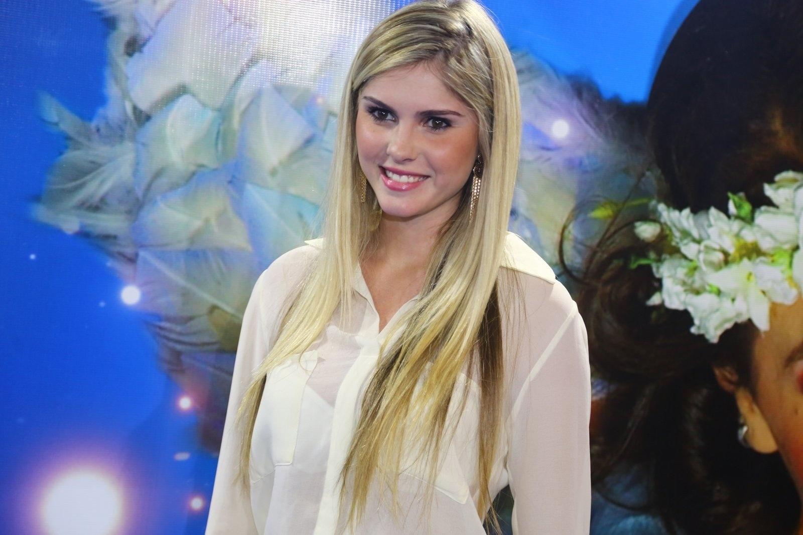 28.dez.2013 - Bárbara Evans confere a sessão para convidados da estreia de