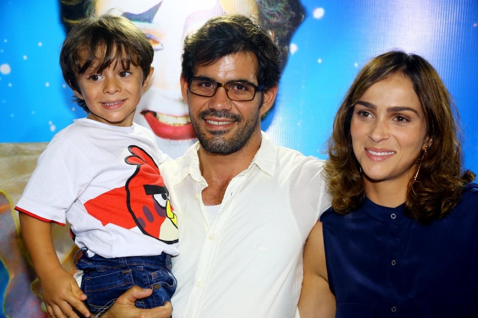 28.dez.2013 - Juliano Cazarré levou a mulher, Letícia, e o filho, Vicente, para assistir a sessão para convidados da estreia de