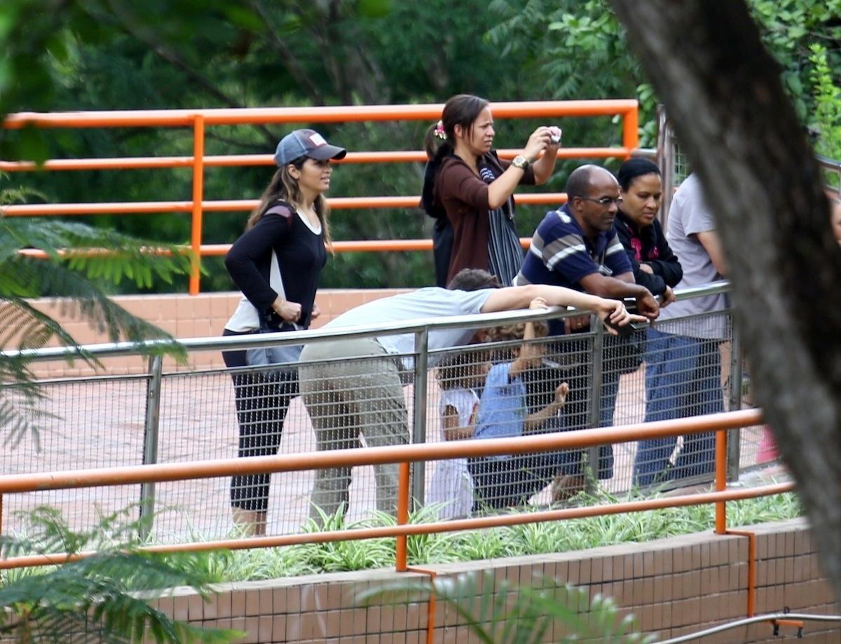 28.dez.2013 - O ator Matthew McConaughey vai ao zoológico de Belo Horizonte com os filhos Levi, Vida e Livingston, e a mulher, a modelo brasileira Camila Alves. A família está passando uma temporada em Minas Gerais