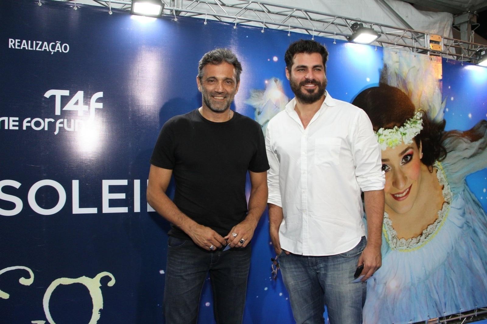 28.dez.2013 - Os atores Domingos Montagner e Thiago Lacerda conferem a sessão para convidados da estreia de