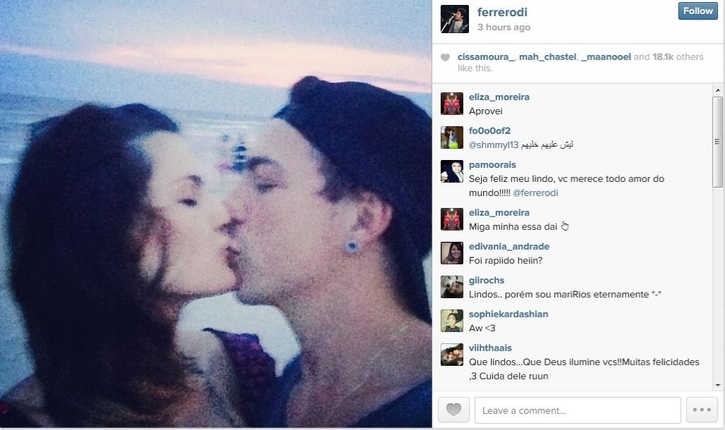 29.dez.2013 - Di Ferrero mostra foto de beijo em Isabelli Fontana