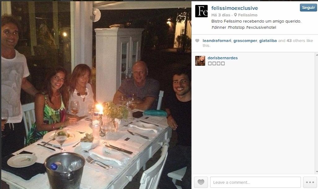 27.dez.2013 - Cauã Reymond janta com amigos em Santa Catarina