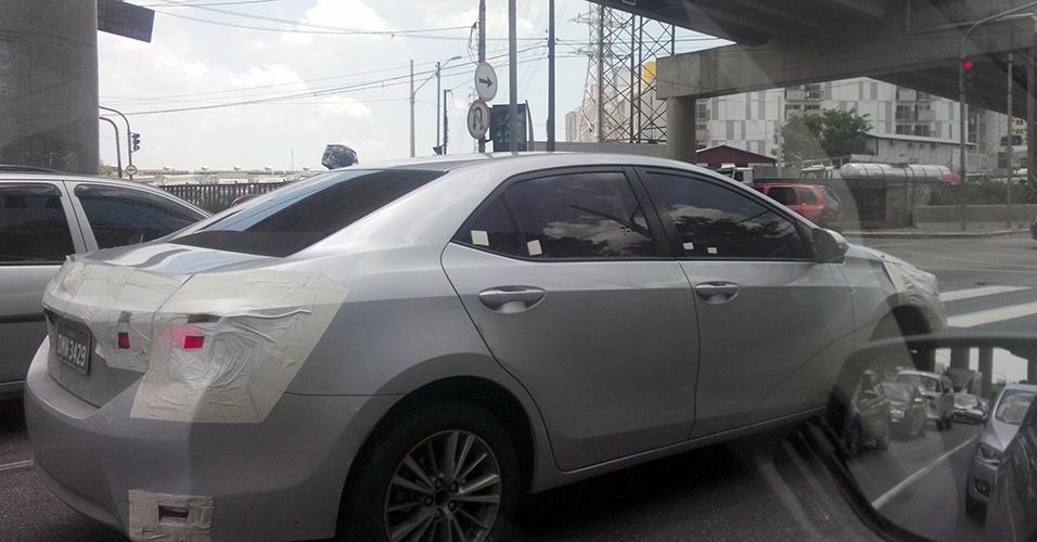 Nova geração do Corolla é flagrada por Guilherme Kolbe próximo à Rodovia Anchieta, em São Paulo (SP); sedã da Toyota muda no Brasil em 2014