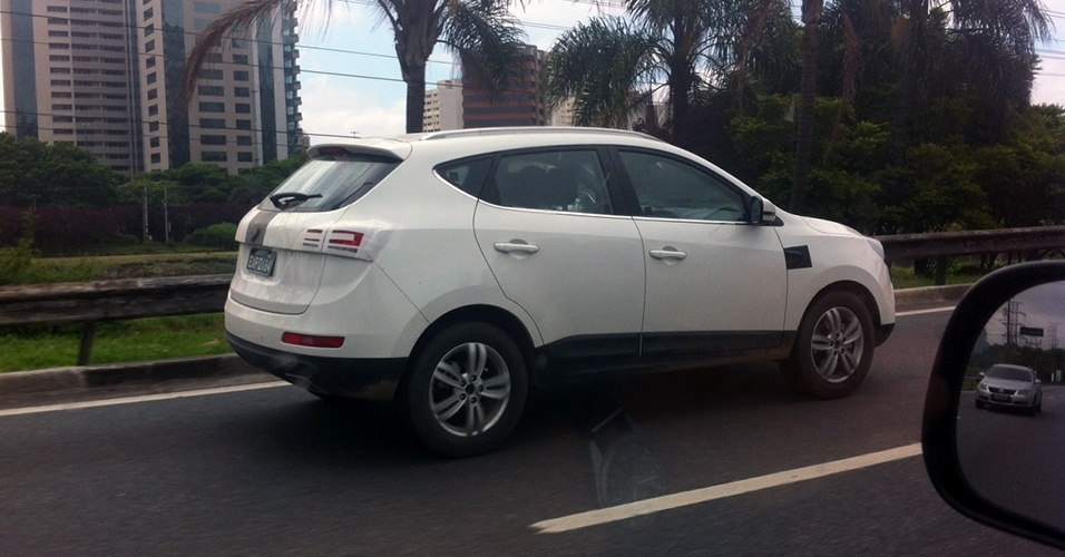 Rodrigo Bastos, leitor de UOL Carros, flagrou o JAC T6, futuro SUV da marca chinesa para o Brasil, rodando pela Marginal Pinheiros, em São Paulo (SP)