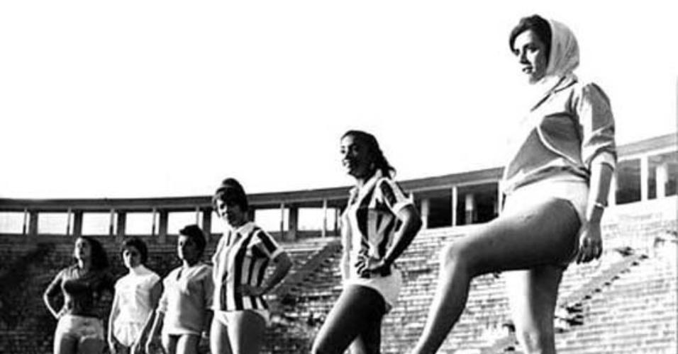 13.jul.1960 - Marly Marley participa do jogo de vedetes em São Paulo