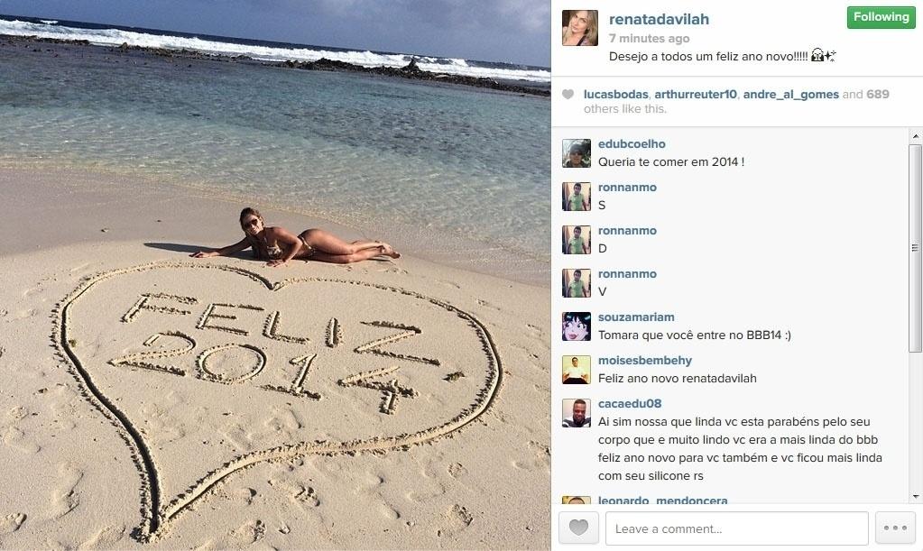31.dez.2013 - A ex-BBB Renata Dávila posou na beira da praia ao lado de um coração desenhado na areia com a mensagem de Feliz 2014