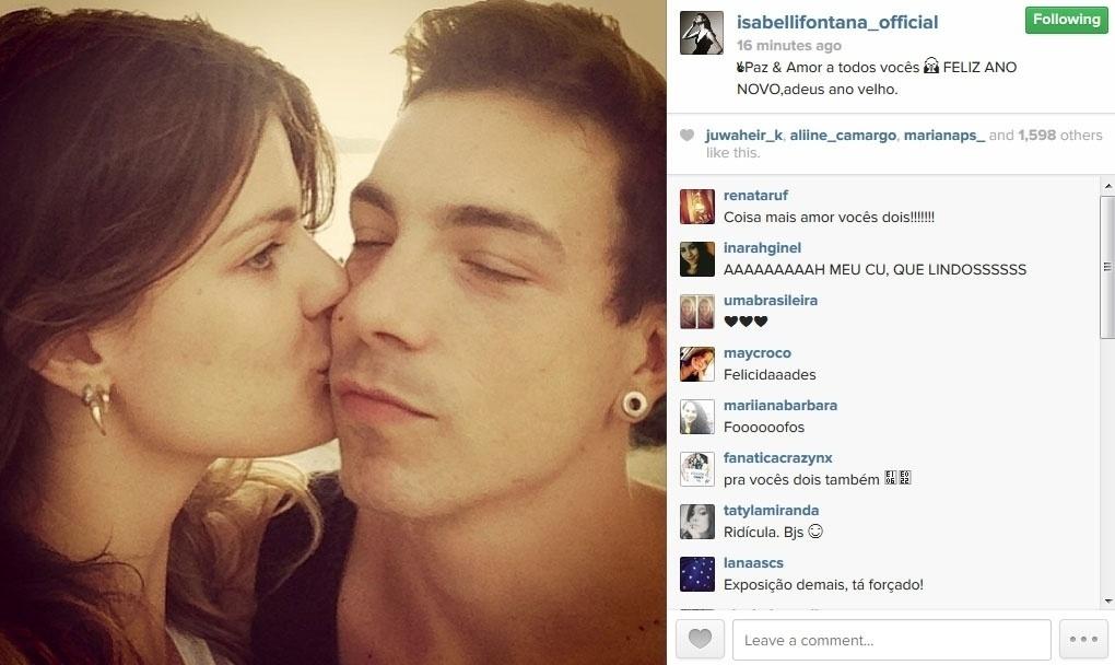 31.dez.2013 - Com foto beijando o namorado, o cantor Di Ferrero, da banda NX Zero, Isabeli Fontana desejou feliz ano novo: