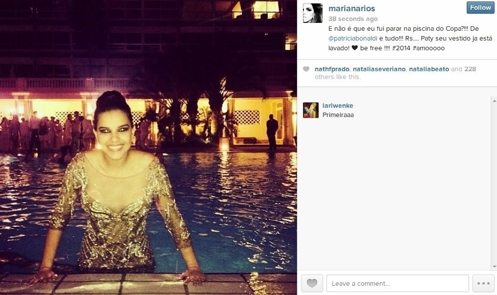 1.jan.2013 - Mariana Rios entrou na piscina do hotel Copacabana Palace, no Rio, onde passou o réveillon. A atriz se banhou ainda de vestido