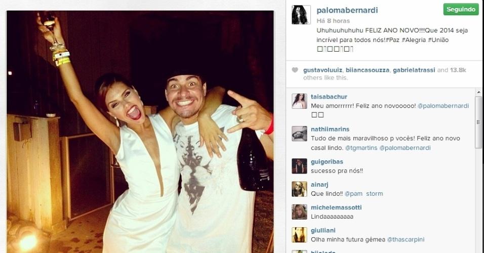 1.jan.2014 - Ao lado de Thiago Martins, Paloma Bernardi comemora a chegada de 2014