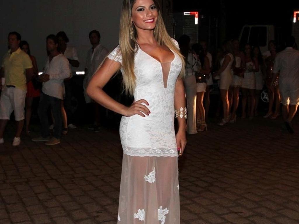 31.dez.2013 - A ex-panicat Babi Rossi apostou na transparência para a festa de Ano Novo no Café de La Music, em Florianópolis
