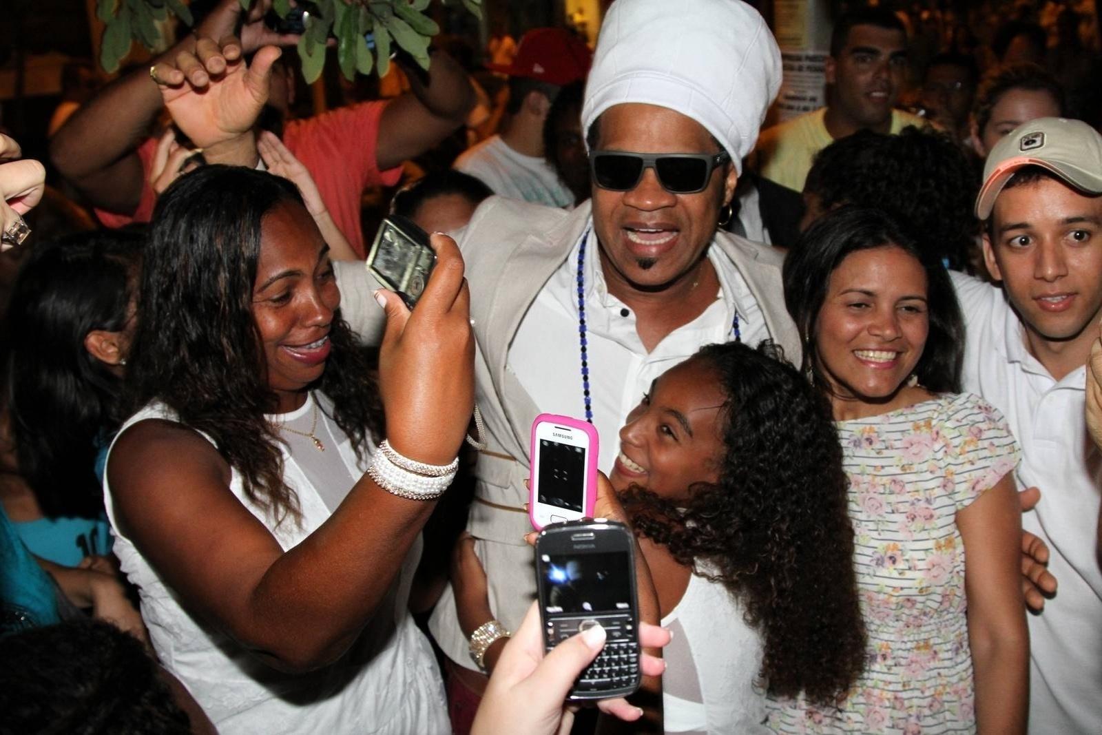 31.dez.2013 - Carlinhos Brown foi tietado em Copacabana, zona sul do Rio, onde fez show