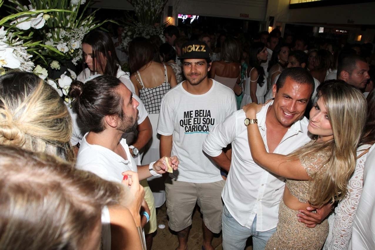 31.dez.2013 - O ator Bernardo Mesquita saiu do Rio para pedir para ser beijado em Floripa