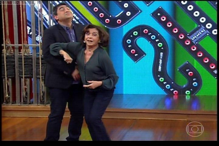 """2.jan.2013 - Betty Faria acerta golpe de Krav Maga em Zeca Camargo no """"Vídeo Show"""""""