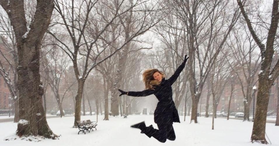 2.jan.2014 - Gisele Bundchen compartilhou com seus seguidores do Facebook uma foto onde aparece se divertindo e