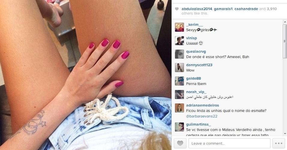 4.jan.2014 - Barbara Evans mostra as unhas, mas seguidores reparam na tatuagem que está sendo apagada