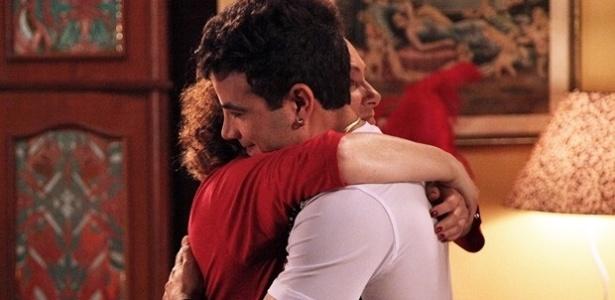 """Em """"Amor à Vida"""", saudade de Valdirene faz Márcia e Carlito se abraçarem"""