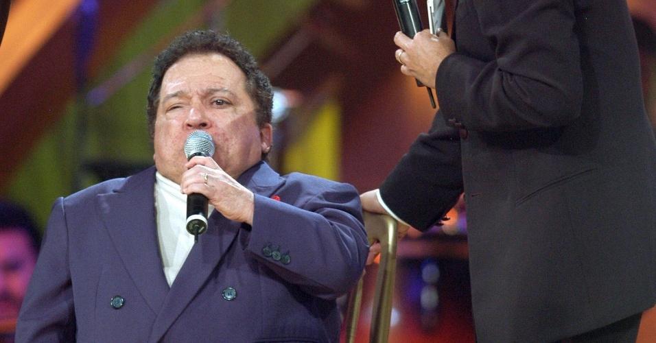 """27.mar.2006 - O cantor Nelson Ned (à esq.) ao lado do apresentador Adal Ramones durante participação no programa """"Cantando por un Sueño"""", na cidade do México, México"""
