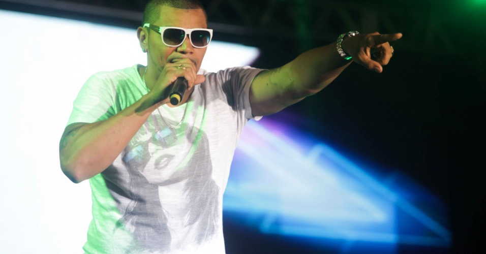4.jan.2014 - O cantor Naldo Benny se apresenta no Verão Show Guarujá, no litoral de São Paulo. Além do funkeiro, o evento teve também no sábado as apresentações de Buchecha e Ivete Sangalo