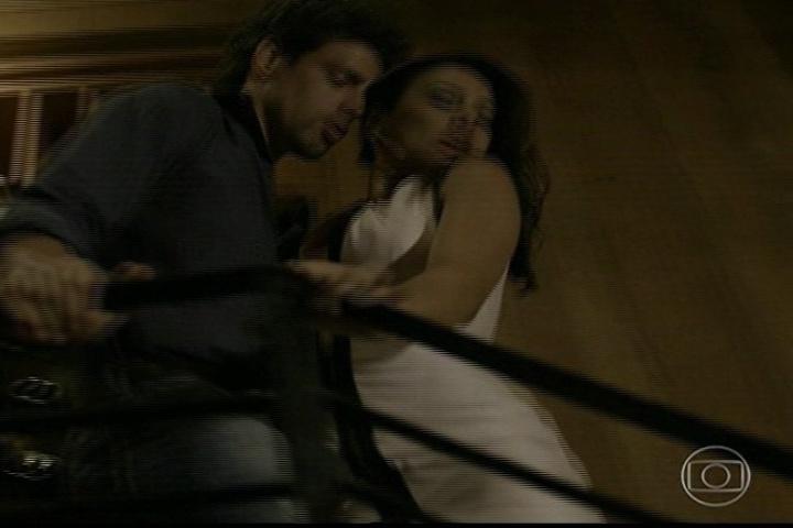 Amores Roubados, Leandro e Celeste na escada descendo
